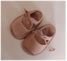 Menorquinas Shoes Le Petit // I might be getting a BIT obsessed with baby shoes. Toddler Shoes, Kid Shoes, Toddler Outfits, Girls Shoes, Kids Outfits, Cute Baby Shoes, Baby Girl Shoes, My Baby Girl, Baby Love