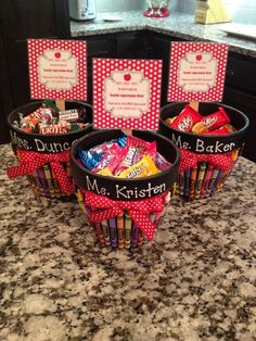 'Teacher Appreciation Treats' for Scarlett's teachers! Black painted flower pots with crayons glued to side with an attached bow. Teachers name is painted onto the flower pot. Add in teachers favorite sweet treats. Teacher Christmas Gifts, Thank You Teacher Gifts, Homemade Teacher Gifts, Thank You For Teachers, Teacher Gift Diy, Teacher Candy Gifts, Mentor Teacher Gifts, Kindergarten Teacher Gifts, Halloween Teacher Gifts