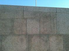 Juan Navarro Baldeweg en Córdoba. Parque fluvial inundable del Guadalquivir. Evita la colocación de piezas pequeñas cuando lo que pretende resaltar es la magnitud del muro.