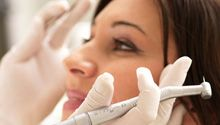 Endodoncja (Leczenie kanałowe) – to niezwykle popularna metoda leczenia, dzięki której można uniknąć ekstrakcji (usunięcia) zęba. W sytuacjach kiedy zmiany w miazdze zębowej są nieodwracalne, leczenie kanałowe staje się najlepszą alternatywą, ponieważ pozwala zachować wyleczony ząb i uniknąć dodatkowych kosztów związanych z implantami lub protezą. #dentistry