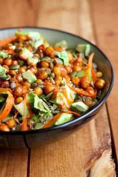 garden-of-vegan:  Romaine lettuce, avocado, carrot ribbons, green lentils, couscous, roasted sriracha & soy sauce chickpeas, pumpkin seeds, hemp hearts, and a spicy peanut dressing.