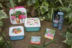 Eleganti e irresistibili da portare sempre con te #flamingo #fenicotteri #lunchbox #nailfile #makeupset