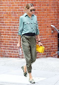 Best dressed this week: 22 August : Olivia Palermo was spotted on the streets of New York looking stylish in a pair of khaki trousers, a shirt and camouflage-print pumps. Look Olivia Palermo, Olivia Palermo Outfit, Estilo Olivia Palermo, Daily Fashion, Everyday Fashion, London Fashion, Fashion News, Women's Fashion, Tops Zara