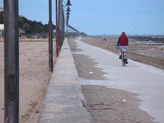 In bicicletta sulla strada verso la spiaggia