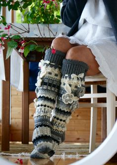 Somebody please find the pattern for theese Crochet Leg Warmers, Crochet Slippers, Arm Warmers, Cute Crochet, Crochet Baby, Knit Crochet, Knitting Socks, Hand Knitting, Knitting Projects
