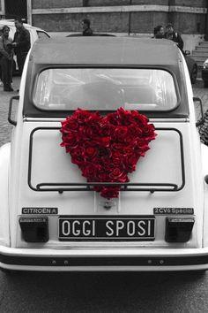 Adorable heart made of roses on this Citroen. #weddingcar #getawaycar #weddingideas