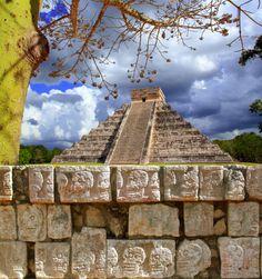 La imponente pirámide de #Kukulkan, en la mágica y misteriosa ciudad maya #ChichenItza. Patrimonio de la humanidad que se disfruta en #Yucatan. http://www.bestday.com.mx/Chichen-Itza/ReservaHoteles/