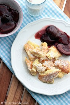 Austrian Kaiserschmarrn (Emperor's shredded pancakes) with berry compote and dusted with icing sugar - often eaten as a meal in itself Clean Breakfast, Breakfast On The Go, Breakfast Dessert, Pie Dessert, Breakfast Recipes, Dessert Recipes, Plum Recipes, The Good German, Kaiserschmarrn