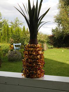 Ananas aus einer Flasche Sekt, Werthers Pralinen und Lilienblättern, gemacht von Maria und mir