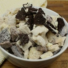 Cookies 'N Cream Muddy Buddies - Food Dolls - If you love puppy chow/muddy buddies you will LOVE this! Of course Oreo's make everything better! Snack Mix Recipes, Dessert Recipes, Cooking Recipes, Delicious Desserts, Yummy Food, Puppy Chow, Chow Chow, Night Snacks, Food Cravings