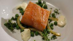Cette recette de saumon confit avec une salade de pois verts est tirée de l'émission Ça va chauffer! Australie.