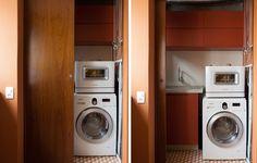 A área de serviço deste apê é fechada com porta de correr de madeira. Projeto do arquiteto Gustavo Calazans #laundry