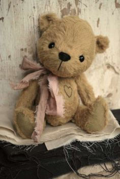 Teddy Bear so cute for a little girl Teddy Bear Hug, Cute Teddy Bears, Bear Hugs, Teddy Toys, Vintage Teddy Bears, Shape Crafts, Love Bear, Bear Doll, Softies