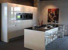 moderne keuken met eiland/bar