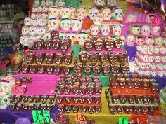 Afbeelding van http://www.midwesternerinmexico.com/wp-content/uploads/2009/11/muertos-skulls.jpg.
