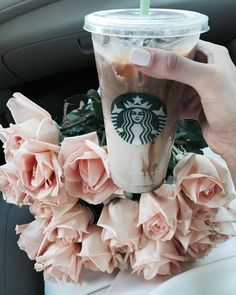 What's your favorite iced coffee drinks?? ☕️ Currently mine is the Iced Cinnamon Almondmilk Macchiato #coffee #monday #starbucks