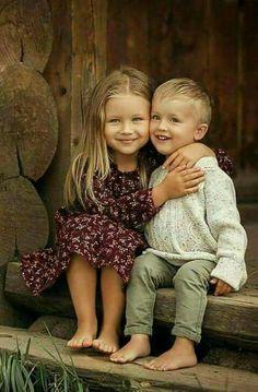 Idee/Inspiration für das Portrait von Kindern: Geschwister beim Kuscheln. Fotoshooting - Kinderfotos - Kinderfotoshooting - Shooting - Familienfotos - Familienfotografie - Kinder - natürlich - authentisch - umarmen - draußen - outdoor - Bruder - Schwester vanessasblickwinkel.de