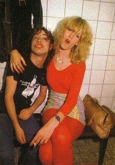 Angus Young y su esposa Ellen Van Lochem en el backstage de un concierto de AC/DC en el año 1981.