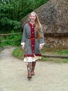 """Fjölskylda: """"...portrays a 7th century woman from Northern-France/Belgium"""""""
