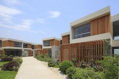 Las Moreras reformula el concepto de condominios, sacrificando densidad por mayores áreas libres, generando así un valor muy especial, recuperar el jardín y área verde, para cada una de las casas y el centro del condominio.