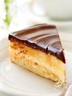 La Torta di crema e cioccolato è una vera delizia per il palato: pan di spagna, crema diplomatica e ganache al cioccolato, un trio vincente.