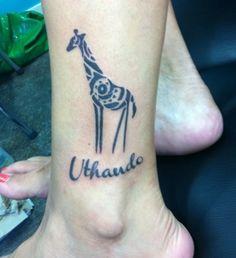 Tatouage maori girafe sur la cheville
