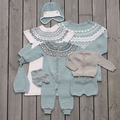 «Vi er nok en smule forelska i disse fargene :) Høst og… Knitting For Kids, Baby Knitting Patterns, Baby Patterns, Pinterest Baby, Crochet Baby, Knit Crochet, Knitted Baby Outfits, Baby Barn, Baby Coat