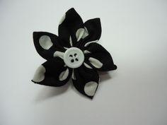 Jolie barrette en coton noir à pois blanc, en forme de fleur, avec un coeur en bouton blanc. La barrette est une pince crocodile noire de 3.3 cm Tarifs : 4€ + fdp