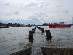 """""""A navegar en junio"""". Vista del Río Santa Lucía, en el límite entre Montevideo y San José. Tarde de otoño."""