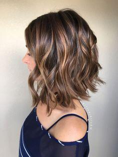 Ombre Haare braune Haare in Bob Frisur eine schöne blaue Bluse zum Kontrast