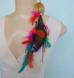 Brinco feito de penas de pavão com penas coloridas e capim dourado. R$ 14,00