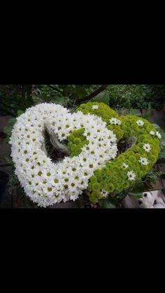 New amazing flowers pics every day, be the first to see them! Fantastic flowers will make your heart open. Funeral Floral Arrangements, Modern Flower Arrangements, Grave Flowers, Funeral Flowers, Amazing Flowers, Beautiful Flowers, Composition Photo, Front Garden Entrance, Plaques Funéraires