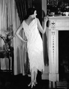 Madeleine Vionnet. Модель второй половины 1920-х гг. Бахрому таких платьев, предназначавшихся для танцев, Вионне требовала прикреплять не единым куском, а отдельными фрагментами, чтобы не нарушать пластики материала.