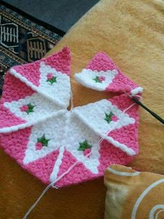 Gorgeous Flower to Crochet - Design Peak Diy Crafts Crochet, Crochet Home, Crochet Projects, Free Crochet, Knit Crochet, Diy And Crafts, Crochet Square Patterns, Crochet Blocks, Crochet Squares