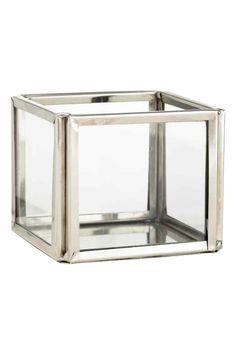 Petit photophore en verre: Petit photophore en verre transparent avec cadre et fond en métal. Dimensions 5x6x6 cm.