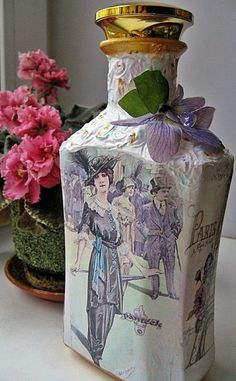 Lave bien las botellas para retirar las etiquetas Aplique una base Después de que el primero seque, pinte toda de... Wine Bottle Art, Diy Bottle, Wine Bottle Crafts, Bottles And Jars, Glass Bottles, Decoupage Art, Altered Bottles, Vintage Bottles, Bottle Painting