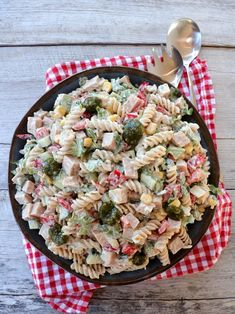 Skinke- og pastasalat med krema pestodressing - LINDASTUHAUG