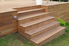 Faire un escalier dans ma terrasse bois Terrace Design, Deck Design, Landscape Design, Deck Planters, Ranch Exterior, Old Garage, Wooden Steps, Front Deck, Pool Furniture