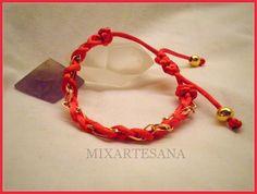 En cola de ratón rojo, trenzado con cadena dorada. Precio: 5 euros