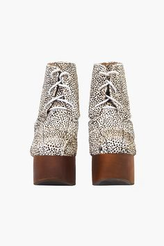 'Ford Fur' designed with the inspiration from Lita model that has marked the fashion world in 2012, is an important proof of Jeffrey Campbell's strong and stabilized style attitude. Standing out with its black and white furry texture, it's the favorite of Jeffrey Campbell fans.