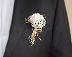 Damatlar için özel olarak düşünülmüş ve özenle seçilmiş beyaz gül ve cipsolarla süslenmiş  damat yaka çiçeği