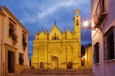 Se trata de una obra excepcional por sus proporciones y calidad de su diseño Cities, Notre Dame, Barcelona Cathedral, Big Ben, Iglesias, Mansions, Cathedrals, Bucket Lists, House Styles
