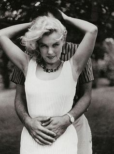 An original May 1957 vintage photograph of Marilyn Monroe, taken from a sitting by Sam Shaw that showcased the quiet life Monroe and Arthur Miller lived in the cottage they rented as a private retreat in their newlywed period, as he stood up against. Rare Marilyn Monroe, Marilyn Monroe Photos, Divas, Art En Ligne, Norma Jeane, Showgirls, Vintage Photographs, Rare Photos, Oeuvre D'art