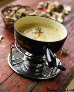 Old County Fondue - Celia Dumont - Raclette Ideen Dip Recipes, Pizza Recipes, Fondue Raclette, Simple Green Salad, Country Cooking, Appetizer Dips, French Food, Tasty, Yummy Yummy