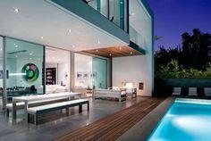 Terraza de casa con piscina iluminada... Terreno 450 mts