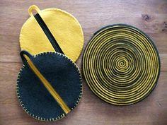 Presine e sottopentola in feltro - (La Daridari's felt oven mitts and trivets)