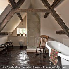 Dieses Badezimmer unter der Dachschräge zeigt, dass man auch kleine Dachböden ideal einrichten kann. Hier kann man in der freistehenden Badewanne entspannen  …