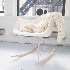 極太の毛糸で編まれたブランケットは寒い日のお供にぴったりです。