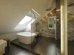 <p>Neben dem großen Dachfenster sorgt die Akzentbeleuchtung am Rand der Dachschräge und an der Podestkante für stimmungsvolles Licht. Mit einem Lichtband an der Oberkante lässt sich auch die Glasabtrennung beleuchten.</p>