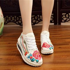 23.40$  Buy now - http://ali21m.shopchina.info/go.php?t=32801636919 - casual shoes 2017 spring flowers sweet shake canvas shoes comfortable wedges ultra-light nation wind women's embroidered shoes   #aliexpress
